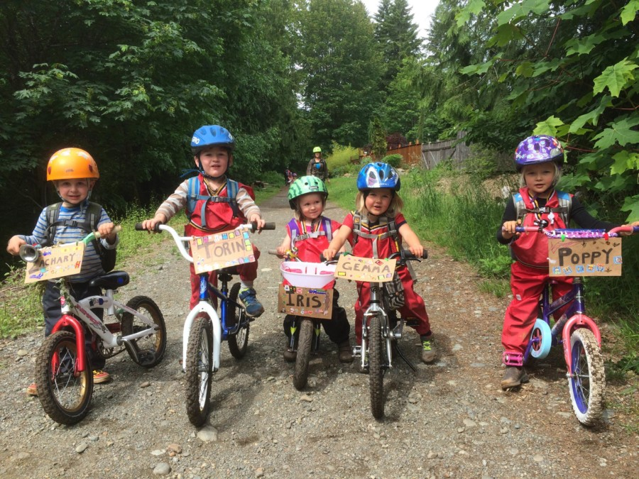 We hit the gravel paths of Cumberland on our bicycles for a field trip behind the village. In this way we gain a better understanding of distances and the surrounding community we live in, beyond our 'classrooms'.